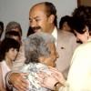 Paiva Netto, abraçado com sua avó Laura e olhando para sua avó Julieta (mãe de dona Idalina). À direita, Graça Paulote.