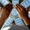 Sur la supro de TBV kuŝas tiu kiu, laŭ konsidero de amaskomunikiloj, estas la plej granda purkristala ŝtono en la mondo (ĉirkaŭ 21 kilogramoj). Ekde la komencaj planoj de la konstruado, José de Paiva Netto, elpensinto de la Monumento, jam deziris instali kristalŝtonon sur la supro de la Piramido, por ke ĝi estu piramida konstruaĵo kun pinto reprezentanta la perfektan kunligon inter la homo kaj Dio (aŭ inter iu ajn Supera Forto, laŭ kredo de la koncernulo). Specialistoj asertas ke la kristalo revigligas energiojn.