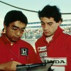 Na foto, o piloto acompanha todos os ajustes e orientações com sua equipe, antes de correr.