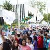 SÁBADO, 8 — Bandeiras do Brasil, da Religião do Terceiro Milênio e da LBV são agitadas por militantes na expectativa para a chegada dopresidente-pregador da Religião Divina, José de Paiva Netto.