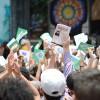 SÁBADO, 8 — Com muita unção, peregrinos do Brasil e do exterior cantam as músicas Legionárias, levantando o livro Jesus, a Dor e a origem de Sua autoridade, do escritor Paiva Netto.