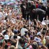 SÁBADO, 8— Com muito carinho, o Irmão Paiva cumprimenta a multidão que superlotou a Praça da Paz, na Sessão Solene das comemorações dos 25 anos do TBV.