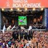 SÁBADO, 8 — Para coroar o evento, o fundador do TBV joga água fluidificada e pétalas de rosas no público presente que superlotou a Praça da Paz.