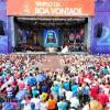 SÁBADO, 8 — Vista parcial da multidão que superlota a Praça Alziro Zarur durante o pronunciamento de Paiva Netto, fundador do TBV. Ao fundo, no Altar, o destaque para a Estampa Majestosa de Jesus, o Cristo Ecumênico, portanto Universal, o Divino Estadista.