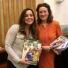 À direita, a sra. Henrietta H. Fore, diretora-executiva do Fundo das Nações Unidas para a Infância (UNICEF), recebe de Sâmara Malaman, da LBV, a revista BOA VONTADE Mulher.