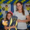 """Maricá, RJ: Na foto, a sra. Vanessa de Souza Araújo, mãe da Emanoele, de10 anos. """"O atendimento aquié maravilhoso. O material da LBV ajuda bastantena escola e ajuda a gente também. Nota 10!Parabéns à LBV, que é maravilhosa!, disse agradecida."""