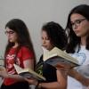 Rio de Janeiro, RJ — Jovens estudam, atentamente, livro do escritor Paiva Netto, dentro das atividades do 44º Fórum Internacional do Jovem Ecumênico da Boa Vontade de Deus.