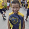 Cabo Frio, RJ - Felizes, atendidos pelo programa Criança: Futuro no Presente! exibem os kits de material escolar distribuídos pela Legião da Boa Vontade.