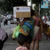 Una mamá de la Escuela Infantil San Francisco de Asís se aleja con su Caja de Navidad.