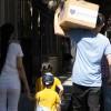 Familia de la Escuela Infantil Jesús se retira feliz con su caja de alimentos.