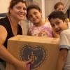 Una familia del Espacio Educativo Calle Colores (Iguazú 1453 Zavaleta) recibe su Caja de Navidad.
