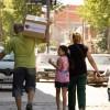 Una familia del Espacio Educativo Calle Colores (Iguazú 1453 Zavaleta) se retira con su Caja de Navidad.