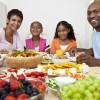 SAÚDE À MESA — O seu prato guarda espaço para todo o tipo de nutriente? Se não, é hora de uma reeducação alimentar. O seu cardápiodeve ser variado e equilibrado. Frutas, legumes, verduras, cereais integrais e feijões são os principais alimentos protetores e consumí-los todos os dias pode evitar o desenvolvimento de câncer.