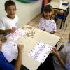 Poços de Caldas, MG — As crianças confeccionam cartazes para as apresentações do 14º Fórum Internacional dos Soldadinhos de Deus, da LBV.