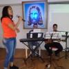 Santos, SP — Na Igreja Ecumênica da Religião Divina no litoral paulista, jovens de boa vontade entoam canções para recepcionar o público presente.