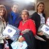 Marília, SP — Felizes, famílias recebem, das mãos da equipe do Centro de Referência de Assistência Social do Munícipio de Marília/SPe da Gestora Social da Legião da Boa Vontade,cobertores arrecadados pela campanha