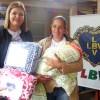 Marília, SP — Mãe muito agradecida ao receber, da LBV, o cobertor que ajudará a superar o inverso rigoroso da região,