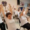 Coimbra, Portugal — Jovens da Terceira Idade praticam exercícios físicosdurante programa Viva Mais!, buscando melhorar a qualidade de vida.