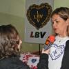 Ourinhos, SP — A mídia local esteve presente registrando o evento, na foto a assessoria de comunicação da prefeituraentrevistando a gestora social da LBV Elizandra Rodrigues.