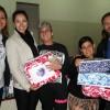 Ourinhos, SP — A gestora da LBVElizandra Rodrigues (esq.)ao lado da Presidente do Fundo Social de Solidaridade, sra. Clara Pocay, e o Secretário de Assistência, Felipe Pereira, entregam cobertores para famílias necessitadas.