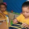 Belém/PA- Logo que receberam a mochila, crianças conferiam os itens que compõem o kit de material pedagógico e escolar entregue pela LBV.