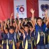 Santana/AP- Felizes, meninas e meninos exibem os kits de material escolar distribuídos pela Legião da Boa Vontade.