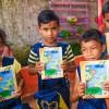 Santana/AP- Crianças exibem, contentes, os cadernos que receberam da LBV. A ação ajudará centenas de crianças a permanecerem na escola.