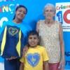 Araçatuba, SP — O pequeno Cauã Henrique Silva(6), acompanhado da bizavó Jurací Pereira, recebe das mãos da voluntária da LBVAngêlica Caroso o kit pedagógico da LBV. Em agradecimento, a dona Juraci destacou: