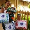 Itapeva, SP— Mãe e filhos felizes por receberem os seus cobertores da Campanha