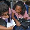 Salvador, BA - Jovens estudam atentamente livro do escritor Paiva Netto, dentro das atividadesdo 44º Fórum Internacional do Jovem Ecumênico da Boa Vontade de Deus.
