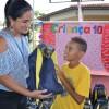 Belo Horizonte, MG - A Carla Cristina Ricardo de Carvalho, que trabalha no apoio pedagógico da Regional Norte, também esteve presente na instituição e fez questão de entregar o kit de material escolar e pedagógico para as crianças atendidas pela LBV.