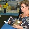 DOMINGO, 3 — A senhora Sueni Vitorino foi à Bienal e levou para a casa o títuloComo Vencer o Sofrimento, do escritor Paiva Netto.