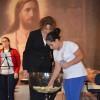 CURITIBA, PR —Jovem recebe a revitalização espiritual durante a Cerimônia Ecumênica da Religião do Terceiro Milênio.