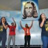 Salvador, BA - Animados, jovens participam de apresentações musicais na Ingreja Ecumênica da Religião de Deus, do Cristo e do Espírito Santo, durante a conclusão do 43º Fórum Internacional do Jovem Ecumênico da Boa Vontade de Deus.