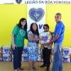 Vitória, ES —Na foto, à esquerda, a gestora municipal da LBV em Vitória, Eliane Ribeiro, e a coordenadora do Educandário Alzira Bley, Balduina Rodrigues, (de óculos), entregam as cestas às familias acompanhas pelo Educandário.