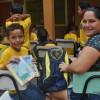 Foz do Iguaçu, PR - Mãe e filhodemonstram a alegria de receberem o kit pedagógico. Além do material, as crianças recebem durante todo o ano alimentação balanceada, uniforme e oportunidades para aproveitar a infância de forma saudável.