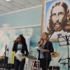 Americana, SP — As Jovens Ecumênicas da Boa Vontade de Deus Samara Miguel (E) e Letícia Amaral (D) conduzem a abertura do Festival Internacional de Música, da LBV.