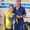 Patos de Minas/MG - A educadora social da LBV, Larissa, entrega a Filipe Alves, 10 anos, a mochila com o kit pedagógico oferecido pela Instituição aos atendidos.