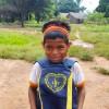 Rondonópolis, MT — Estudante indígena abraça o presente que recebeu da LBV. A iniciativa visa apoiar os pais que não têm recursos para a compra do material escolar e contribuir para o combate ao analfabetismo.