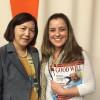 NOVJORKO, USONO — La prezidanto de la Komisiono pri Forigo de Diskriminacio kontraŭ Virino (CEDAW, laŭ la angla siglo), Yoko Hayashi (maldekstre), ricevas la specialan eldonaĵon de LBV el Sâmara Caruso, de tiu Institucio.