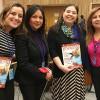 NOVJORKO, USONO — De la Fundación Trina, de Meksiko, Alontra Rodriguez (la dua de maldekstre) kaj Martha Torres (dekstre) ricevas la mesaĝon de LBV speciale eldonitan por tiu evento.