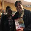 NOVJORKO, USONO — La urbestrino de Kingston (Jamajko), kaj konsiliisto-senatanino, d-rino Angela Brown Burke, ricevas la specialan eldonaĵon de LBV.