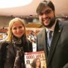 Aska Tsvetanova, primeira-secretária da Missão Permanente da Bulgária junto às Nações Unidas, recebe a revista BOA VONTADE Mulher, em inglês.