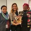 Sâmara Malaman, da LBV (ao centro), compartilha com as senhoras MC Kgomo (E),vice-diretora da Divisão de Gênero e Diversidade, eMadiepetsane Charlotte Lobe,diretora-chefe dos Programas de Transformação e Transversais da África do Sul, a revista BOA VONTADE Mulher, em inglês.