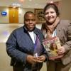 Constance Matheksa, doConselho Nacional de Sindicatos - Departamento do Trabalho da África do Sul, recebe, de Eliana Gonçalves, a revista BOA VONTADE Mulher.