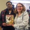 A sra. Matilda Johnson, vice-presidente mundial da World Federation of Methodist & Uniting Church of Women, recebe, de Conceição Alurquerque, a publicação da LBV.