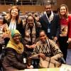 Integrantes das delegações das Ilhas Comores e da Tanzânia recebem a publicação da LBV, que apresenta boas práticas da atuação das mulhersna tecnologia e na comunicação.