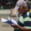 RIO DE JANEIRO, RJ — Senhor lê atentamente o artigo do escritor Paiva Netto