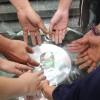 Brasília, DF — Famílias emergem as mãos na Pia Sagrada da Religião Divina e tocam na Pedra Batizada pelos Irmãos Espirituais (os Anjos de Deus), a fim de receberem os fluídos de paz e harmonia espiritual.