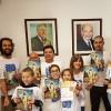 Montevidéu, Uruguai— Felizes, jovens estudam a revista JESÚS ESTÁ LLEGANDO! [JESUS ESTÁ CHEGANDO!, em espanhol].